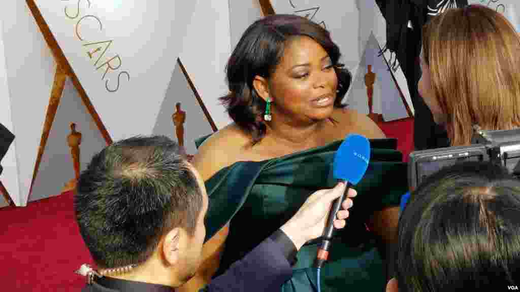 Octavia Spencer arrive aux Oscars le dimanche 4 mars 2018 au Dolby Theater de Los Angeles. (Photo par Arzouma Kompaore VOA)