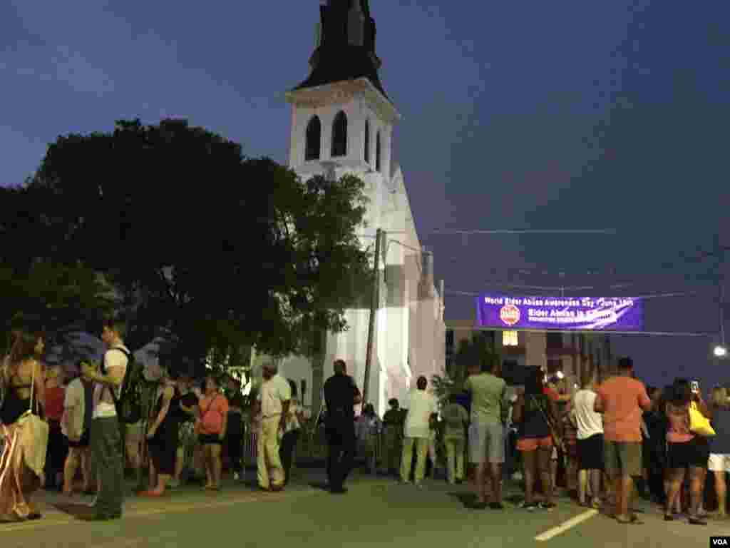 Crowds gather at the Emanuel AME church in Charleston, South Carolina, June 19, 2015. (Amanda Scott/VOA)