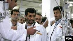 Foto yang dirilis oleh Kantor Pusat Presiden Iran ini menampilkan kunjungan Presiden Iran Mahmoud Ahmadinejad, ke Fasilitas Pengayaan Uranium Natanz sekitar 200 mil (322 kilometer) selatan ibukota Teheran, Iran (Foto: dok).