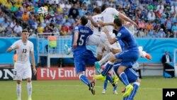 24일 브라질 나타우에서 열린 우루과이와 이탈리아의 D조 조별리그 3차전에서 우루과이 디에고 고딘(오른쪽 2번째)이 헤딩 결승골을 성공시키고 있다.