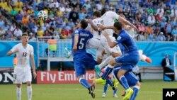 Pemain Uruguay Diego Godin menyingkirkan Italia dengan sundulan kepalanya pada menit ke-81, dan tim Uruguay menang dengan 1-0 (24/6).