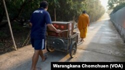 Pa Book Temple's Buddhist monks use a mobile food cabinet to collect alms to reduce plastic waste.