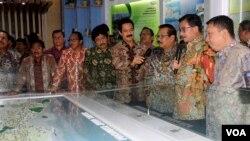 Menteri Agraria dan Tata Ruang Ferry Mursyidan Baldan didampingi Gubernur Jawa Timur Soekarwo melihat maket tata ruang dan wilayah Jawa Timur di Galeri Tata Ruang dan Pertanahan, Sabtu, 9 April 2016.