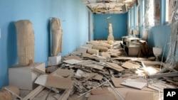 Foto yang dirilis oleh kantor berita resmi Suriah pada 27 Maret 2019 memperlihatkan patung-patung yang hancur pada Museum Palmyra yang sudah dirusak di Kota Palmyra, Suriah.