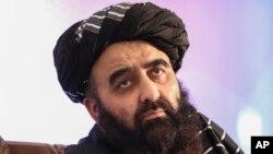 아프가니스탄 탈레반 정부의 아미르 칸 무타키 외교장관 직무 대행이 14일 수도 카불에서 기자회견하고 있다.