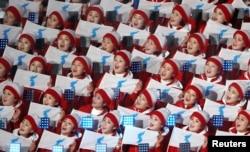 2018 평창동계올림픽 참석을 위해 한국을 방문한 북한 응원단이 9일 강원도 평창의 올림픽스타디움에서 한반도기를 들고 개막식 시작을 기다리고 있다.