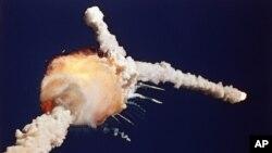 Pesawat ulang-alik antariksa Challenger meledak beberapa saat setelah diluncurkan dari Kennedy Space Center di Cape Canaveral, Florida, 30 tahun lalu, 28 Januari 1986 (foto: dok).