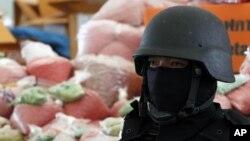 Cảnh sát Thái Lan bên cạnh những bọc chứa ma tuý ở tỉnh Ayutthaya, phía bắc Bangkok, Thái Lan, 24/6/2011.