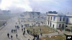 Des batiments en feu à Benghazi, le 21 février 2011