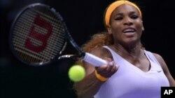 Petenis Serena Williams mengembalikan pukulan Jelena Jankovic dari Serbia dalam pertandingan semifinal Kejuaraan WTA di Istanbul, Turki, Saturday (23/10).