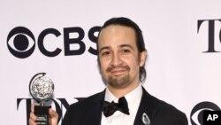 """Lin Manuel Miranda con uno de los premios Tony que ganó por su musical """"Hamilton""""."""