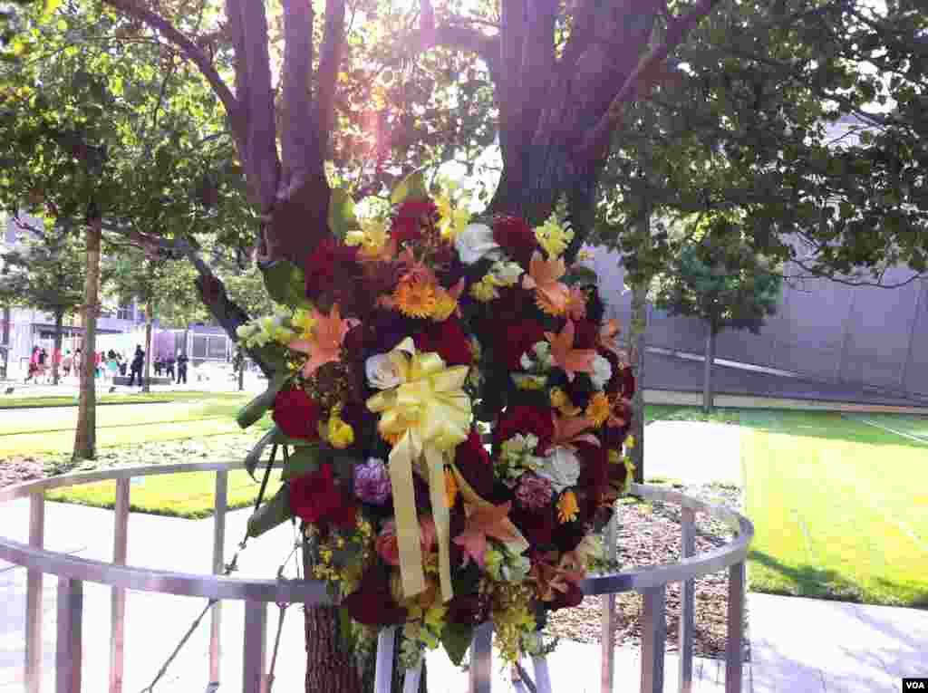Une gerbe en mémoire des victimes du 11 septembre 2001 à New York (Photo: VOA / Sandra Lemaire)