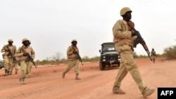 Des soldats burkinabés lors d'un entraînement avec des instructeurs de l'armée autrichienne, près d'Ouagadougo au Burkina Faso, le 13 avril 2018.