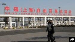 Nhân viên an ninh tuần tra tại phi trường quốc tế của thành phố Thượng Hải.