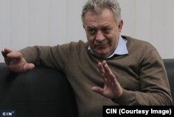 """Direktor Opće bolnice """"Prim. dr. Abdulah Nakaš"""" dr. Zlatko Kravić smatra da je postignut dobar dogovor sa Optikom """"Baroš"""" jer će Bolnica dobiti besplatno aparat."""