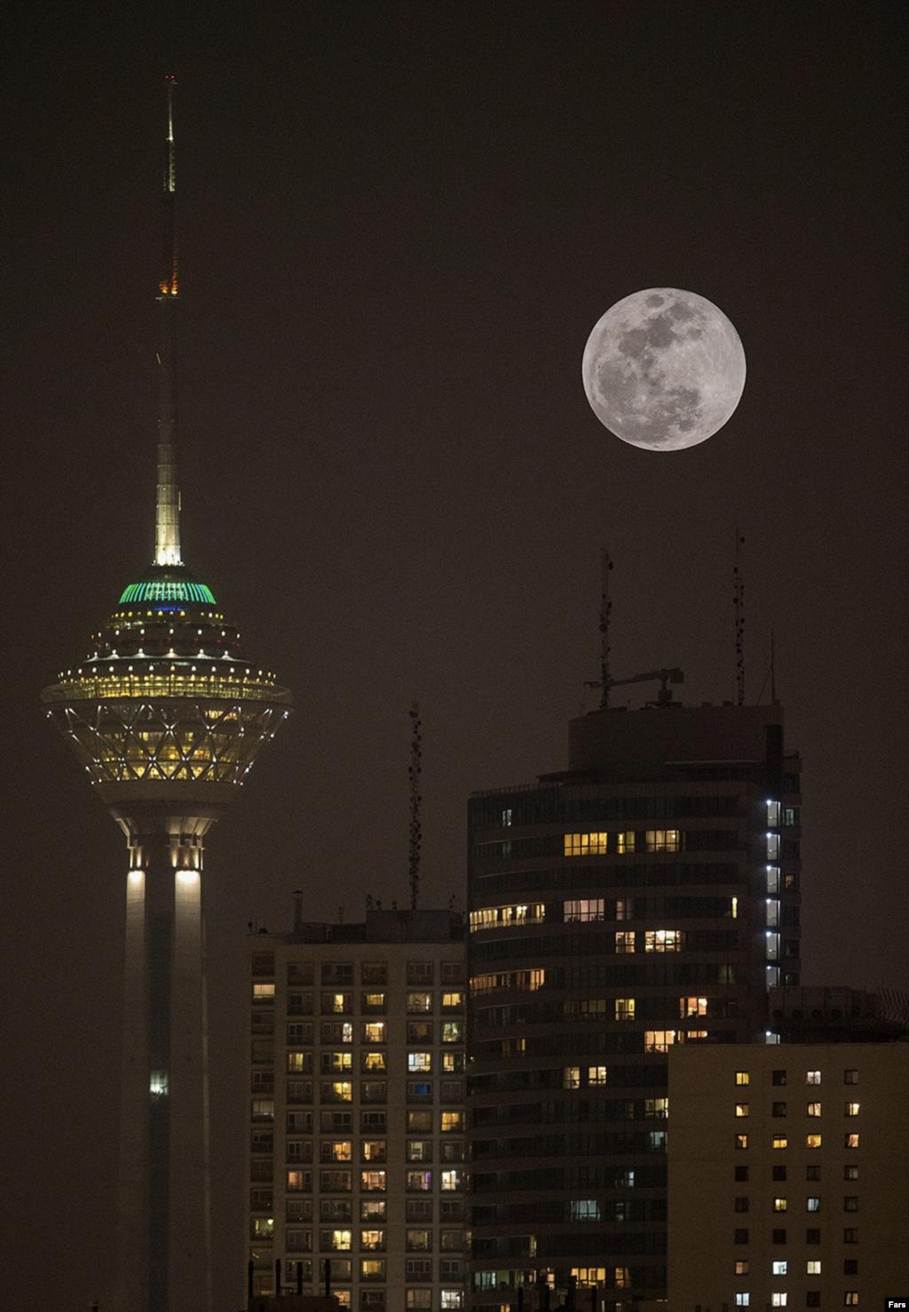 ماهگرفتگی آبی بر فراز آسمان برج میلاد تهران عکس: محسن عطایی