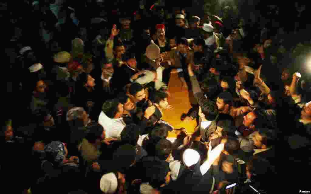 صوبائی وزیر بشیر احمد بلور کی میت اسپتال سے گھر منتقل کی جا رہی ہے
