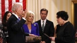 Hakim Agung Sonia Sotomayor saat mengambil sumpah jabatan Wakil Presiden Joe Biden di Washington (20/1). (Reuters)