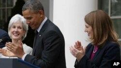 L'annonce par Barack Obama (au c.) de la démission de Kathleen Sebelius (à g.) et la nomination de Sylvia Mathews Burwell au poste de secrétaire à la Santé