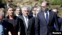 از راست آنجلینو آلفانو وزیر خارجه ایتالیا، رکس تیلرسون وزیر خارجه آمریکا و فدریکا موگرینی مسئول سیاست خارجی اتحادیه اروپا