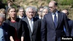 Visoka predstavnica EU Federika Mogerini, američki državni sekretar Reks Tilerson i italijanski šef diplomatije Anđelino Alfano na ceremoniji u Santa Ani, 10. april 2017