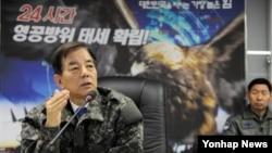 한민구 한국 국방부 장관이 지난 14일 공군 남부전투사령부를 방문, 군사대비태세를 점검하고 있다. (자료사진)