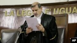 El juez italiano Sergio Silocchi al momento de leer la sentencia de la apelación en el caso del ex jefe de la CIA en Milán, Robert Seldon Lady, en 2010.