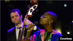 Paul Sikivie於2020年2月3日在林肯中心為勞倫斯·萊瑟斯舉行的紀念音樂會上與歌手塞西爾·麥克洛林·薩爾萬特一起演奏貝斯。 (照片來源: Frank Stewart/Jazz at Lincoln Center )
