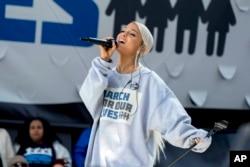 "Ca sĩ Ariana Grande biểu diễn tại cuộc tập hợp ""March for Our Lives"" ở Washington."