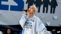 "Ariana Grande actuando na ""Marcha"""