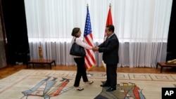 Pomoćnica državnog sekretara za Evropu i Evroaziju, Viktorija Nuland, rukuje se sa šefom srpske diplomatije Ivicom Dačićem tokom posete Beogradu.