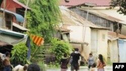 Cư dân Campuchia lội qua khu vực ngập lụt ở Phnom Penh, ngày 28/9/2011