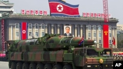 4月15号,朝鲜运载导弹的汽车在平壤纪念金日成冥诞100周年的阅兵式上。