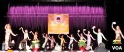 Các cô gái Việt Nam trong một tiết mục múa dân tộc trên sân khấu Hội chợ Tết do Nhà Việt Nam tổ chức ở bang Virginia, ngày 28/1/2017. (Hình: Trà Mi)