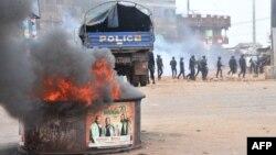 La police antiémeute suivent les protestants dans un quartier de Conakry, le 21 novembre 2017.