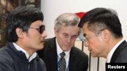 ນາຍ Cheng Guangcheng (ຊ້າຍ) ແລະ ທ່ານ Gary Locke ເອກ ອັກຄະລັດຖະທູດສະຫະລັດປະຈໍາປັກກິ່ງ (ຂວາ)