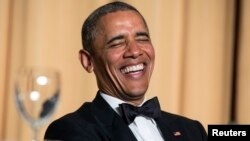 El presidente de EE.UU., Barack Obama, se burló del Obamacare, de su nacionalidad, y de la cadena de televisión estadounidense, Fox.