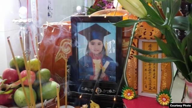 Bàn thờ em Lê Thị Phước Hải 11 tuổi, thiệt mạng sau khi bị cô giáo đánh đòn. (Ảnh: Facebook của Khải Hoàn, mẹ em Hải).