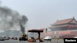 Los vehículos transitaban en la avenida Chang desde donde se podía ver el humo en Tiananmen, frente al mausoleo de Mao Zedong en Beijing.