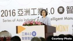 """2016年8月31日,台湾总统蔡英文在""""2016台湾机器人与智慧化自动展""""上致开幕辞。智能化工业在台湾""""新南向政策""""中扮演重要角色。(台湾总统府提供)"""
