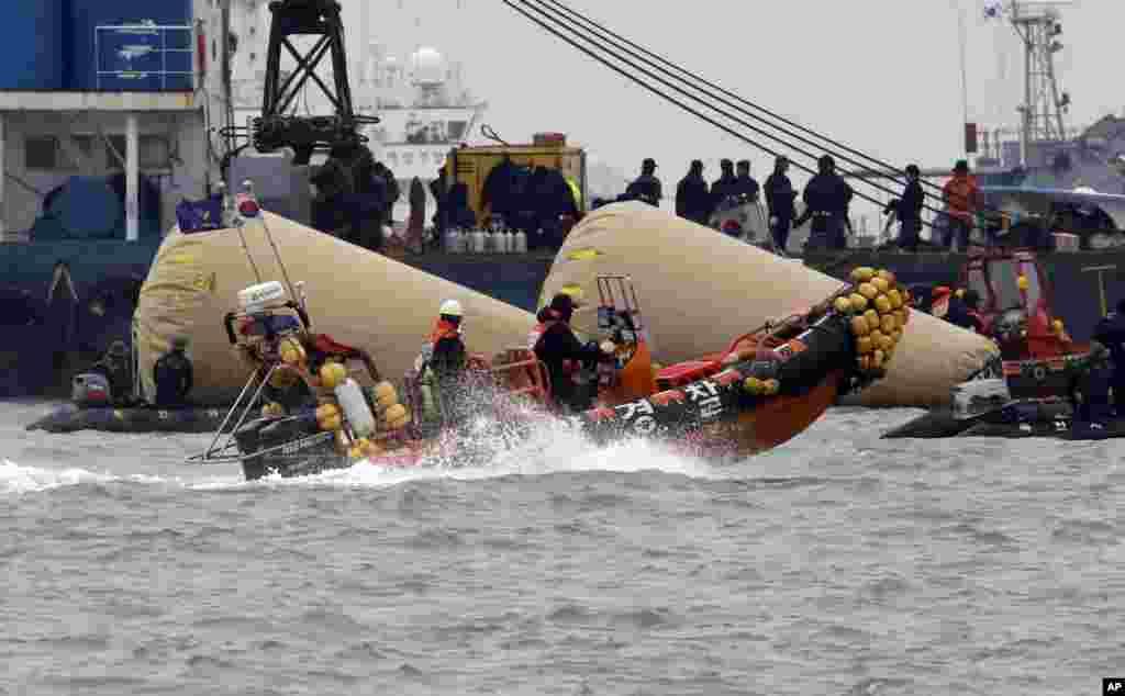 22일 여객선 세월호 침몰 현장인 진도 인근 해상에서 해경과 잠수부들이 생존자 수색을 하고 있다.