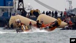Các thợ lặn đang thi hành nhiệm vụ qua tầng thứ ba và thứ tư của chiếc phà Sewol bị lật, ngày 22/4/2014.