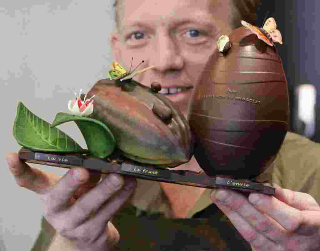 """Hablando de huevos sofisticados, Gilles Marchal, director de creación de los fabricantes de chocolate de lujo francés """"La Maison du Chocolat"""", muestra su creación """"Vida, Fruta y Envidia"""" que hizo para la Pascua."""
