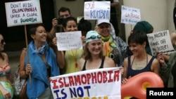 Những người biểu tình chống lệnh cấm burkini của Pháp tuần hành bên ngoài đại sứ quán Pháp tại London, Anh, ngày 25 tháng 08 năm 2016.
