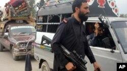 파키스탄 키버 토착민 지구에서 정부군과 무장단체의 교전이 계속되자 6일 피난 행렬 차량을 보안군이 확인하고 있다.