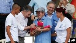 지난달 27일 후안 마누엘 산토스 콜롬비아 대통령(왼쪽 두번째)이 콜롬비아무장혁명군(FARC)의 무장해제를 경축하는 행사에서 반군 부부의 아기를 반기며 안고 있다.