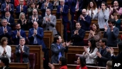 Le chef du parti Podemos, Pablo Iglesias, au centre, applaudit au Parlement espagnol à Madrid, Espagne, le 7 janvier 2020. (AP Photo/Manu Fernandez)