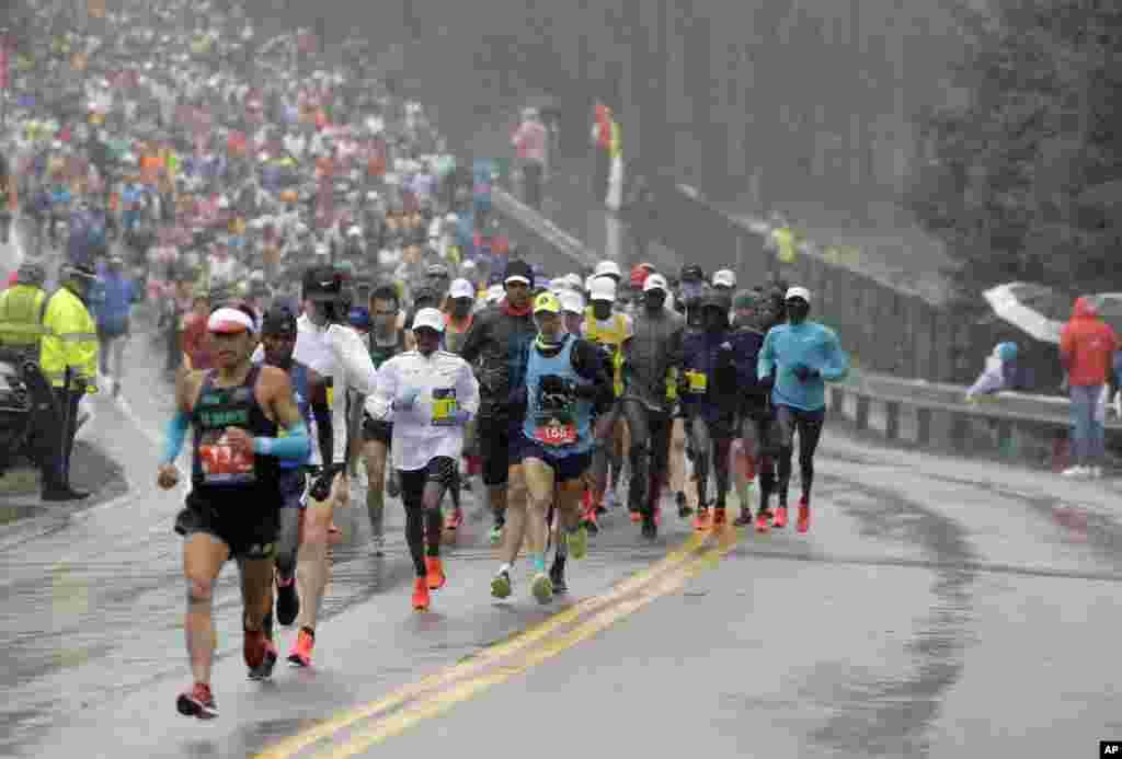 Участники Бостонского марафона (AP Photo/Steven Senne)