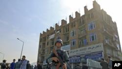Cảnh sát Afghanistan canh phòng sau khi kết thúc trận chiến với nhóm nổi dậy chiếm một tòa nhà trong thủ đô Kabul