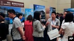 """Participantes de la cumbre """"Invierta en Estados Unidos"""" en Beijing, China, obtienen información sobre el programa de visas EB-5. 7 de mayo de 2017."""